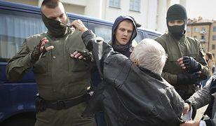 Białoruś. Demonstracja w Mińsku. Milicja zatrzymuje ludzi idących na protest