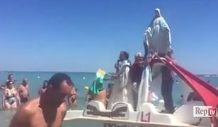 Matka Boska Plażowa. Ksiądz wziął Maryję na łódkę i popłynął błogosławić urlopowiczów