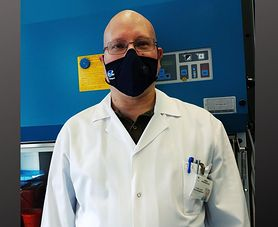 """Dr Dzieciątkowski przypomina, jak uniknąć zakażenia koronawirusem. """"Z pandemią przyjdzie nam żyć, co najmniej do połowy przyszłego roku"""""""