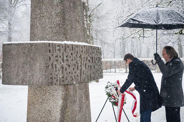 Mateusz Morawiecki przed grobem żołnierzy Brygady Świętokrzyskiej NSZ