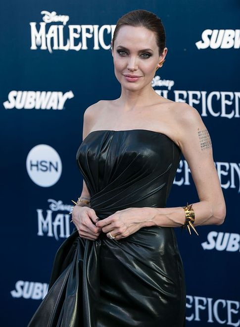 Angelina Jolie niknie w oczach