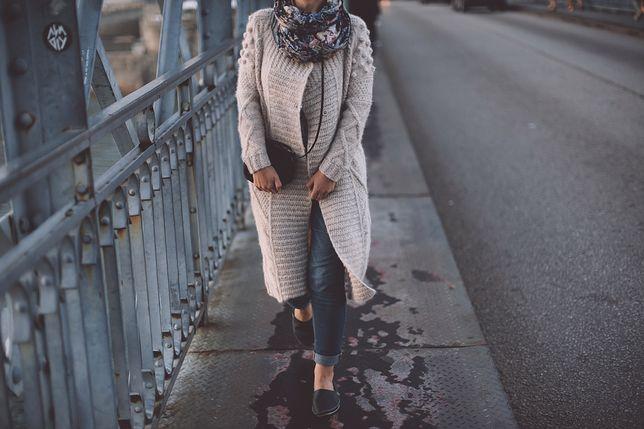 Kardigan świetnie pasuje do spodni i krótkich sukienek