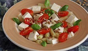 Zapomnij o bułce tartej. Fasolka szparagowa z pomidorami i fetą