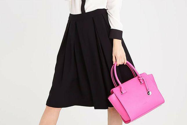 Różowa torebka to ciekawy dodatek do stylizacji