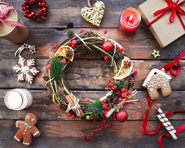 Wyjątkowe ozdoby na Boże Narodzenie można wykonać metodą DIY (zrób to sam), np. z gałęzi drzew iglastych, słoików i papieru