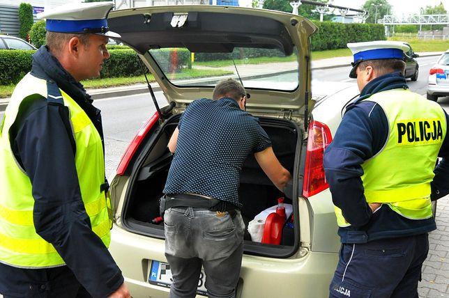 Policjanci z Leszna zatrzymali mężczyznę, który w bagażniku przewoził... kilkuletniego syna