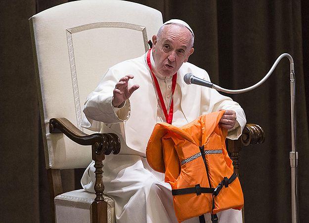 Papież z kamizelką dziewczynki, która utonęła w morzu