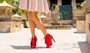 Czerwone buty będą świetnym uzupełnieniem pudroworóżowej sukienki