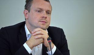 Michał Tusk na celowniku TVP Info. Wykształcenie i prawo jazdy na autobus