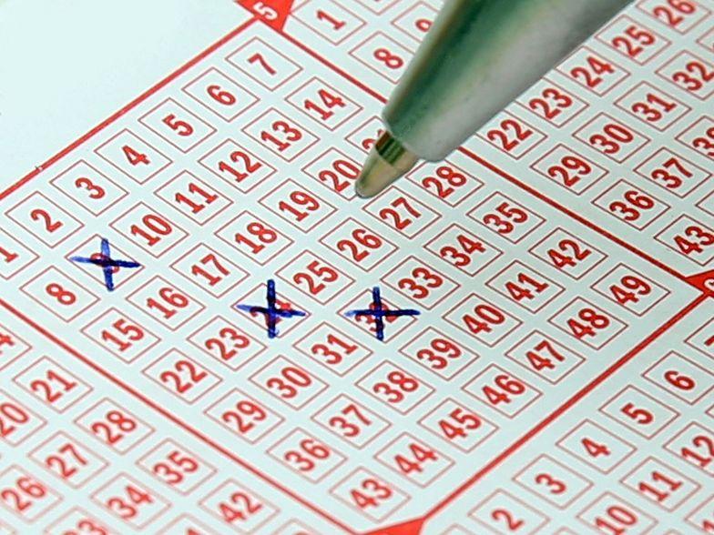 Kumulacja Lotto rozbita. Olbrzymia wygrana. Jeden szczegół daje do myślenia.