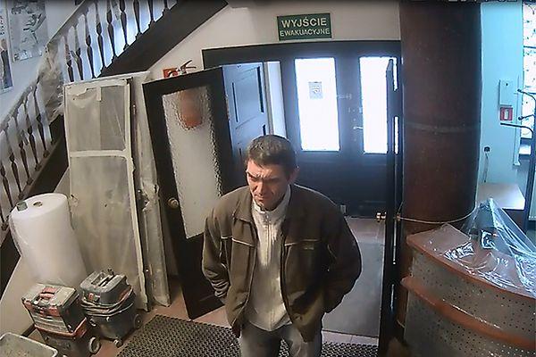 Kradzież telefonów komórkowych w Warszawie. Kto rozpoznaje tego mężczyznę?