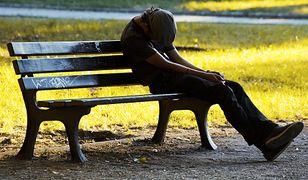 Nieszczęśliwy młody bezdomny człowiek