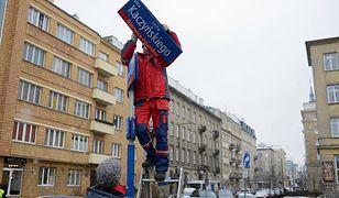 Zdjęli tabliczkę Kaczyńskiego, wraca Armia Ludowa. Nieudana dekomunizacja w Warszawie