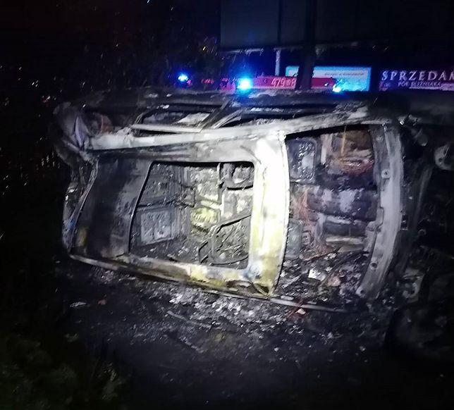 Warszawa. Jeep cherokee, skradziony z ulicy Szaserów, tak wyglądał po nocnej ucieczce złodzieja i wypadku w Nieporęcie. Policjanci ocalili kierowcy życie