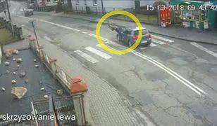Rozpędzony volkswagen uderzył z impetem w przechodnia