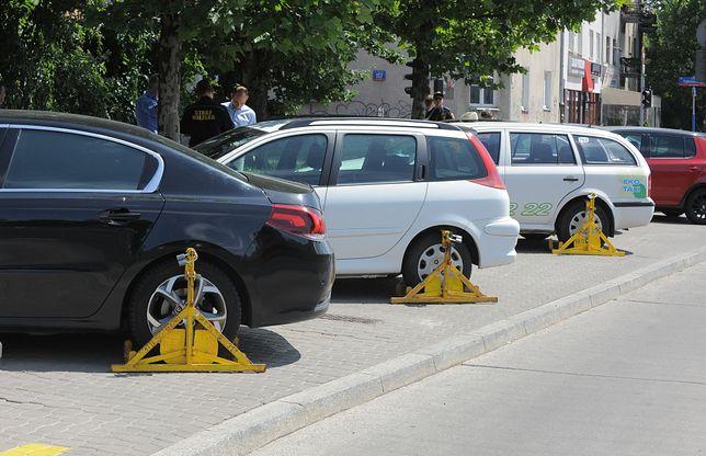 Parkowanie na chodnikach może zostać zabronione. Zakaz już dziś dotyczy wielu kierowców, ale jest martwy