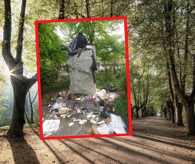Pomnik księdza Popiełuszki na Greenpoincie cały w śmieciach. Policja poszukuje sprawców