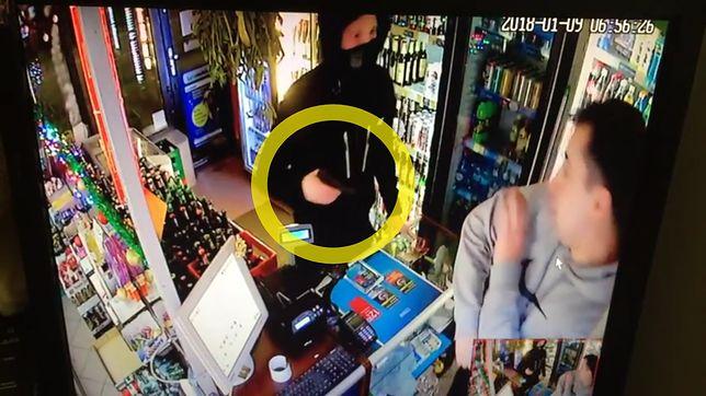 Mężczyzna napadł na sklep monopolowy z przedmiotem przypominającym broń.