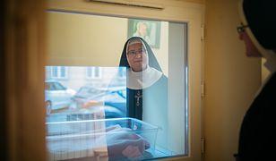Siostra Barbara Król opiekuje się oknem życia