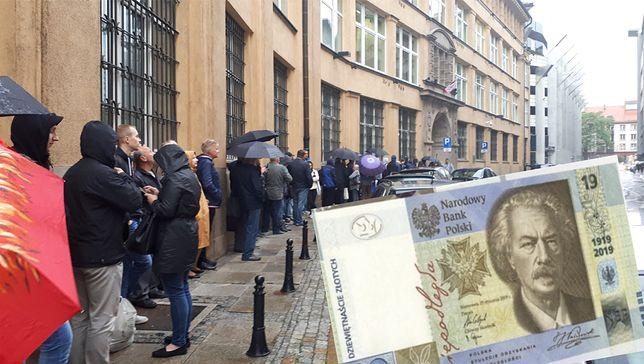 Deszcz nie odstraszył chętnych. Kolekcjonerzy w środę rano ustawili się przed regionalnymi oddziałami NBP. Wszystko po to, by zdobyć banknot kolekcjonerski.