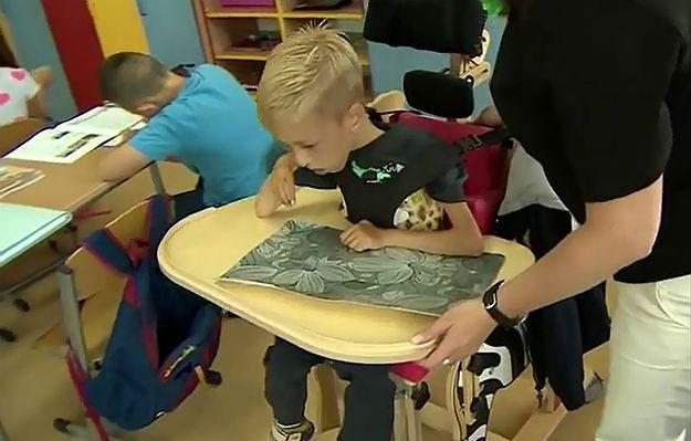 """9-latek nie może jeździć po szkole wózkiem inwalidzkim. Według dyrekcji jest """"za duży, niebezpieczny i brudny"""""""