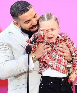 Drake odebrał nagrodę. Pokazał swojego syna na scenie