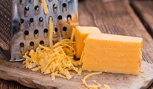 Niewielki kawałek ser warto zetrzeć, aby się nie zmarnował