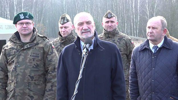W środku minister obrony narodowej Antoni Macierewicz, po prawej Ryszard Walczak.