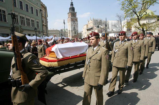 Trumna z ciałem Dowódcy Operacyjnego Sił Zbrojnych generała Bronisława Kwiatkowskiego