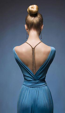 Seksowne i kobiece sukienki z odkrytymi plecami