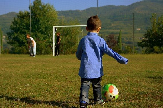 Pływanie, piłka nożna, MMA. Ruszają bezpłatne zajęcia sportowe dla uchodźców w Warszawie