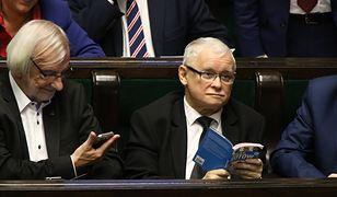 """Jarosław Kaczyński czyta """"Atlas kotów"""""""