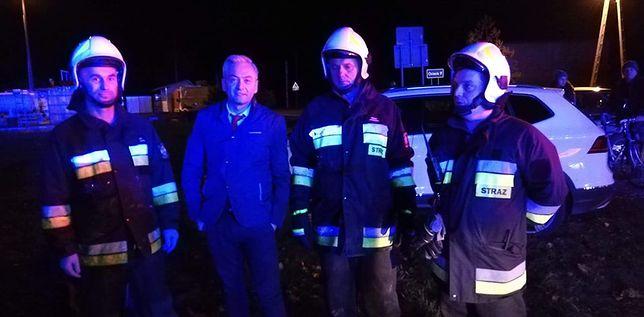 Robert Biedroń na zdjęciu ze strażakami z Regut