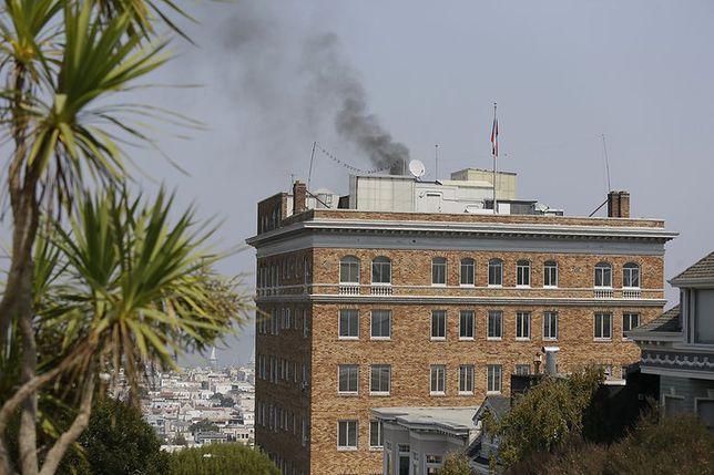 Gryzący czarny dym z komina konsulatu Rosji w San Francisco