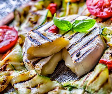 Grillowany camembert z warzywami. Serowy smakołyk z rusztu
