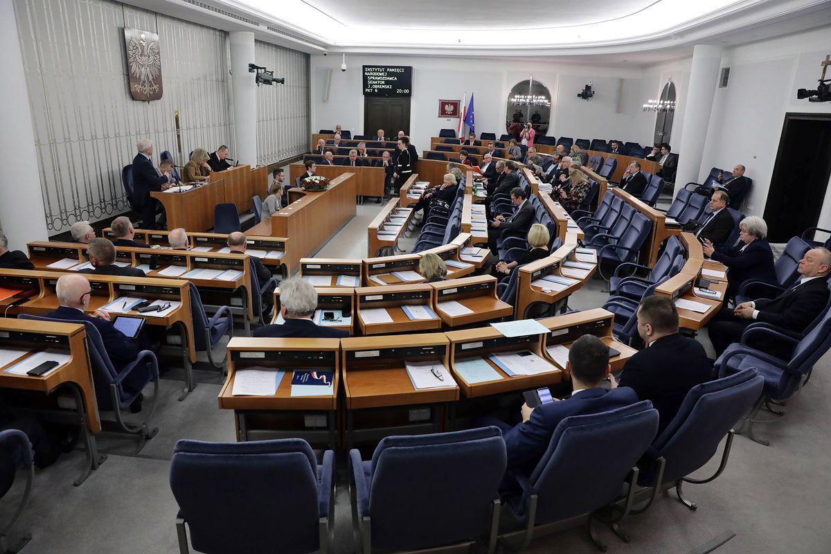 Wielogodzinna dyskusja i nocne głosowanie. Senat przyjął nowelizację ustawy o IPN