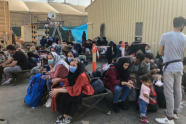 Ludzie na lotnisku w Kabulu od kilku dni czekają na ratunek