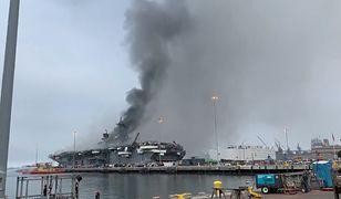 Okręt marynarki wojennej USA w płomieniach. Rośnie liczba rannych