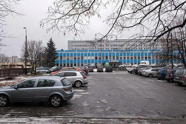 Tajemnicza śmierć w Szpitalu Bródnowskim. 43-latek zmarł pod płotem