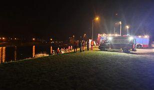 Strażakom udało się wydobyć samochód z wody. W aucie było ciało mężczyzny.