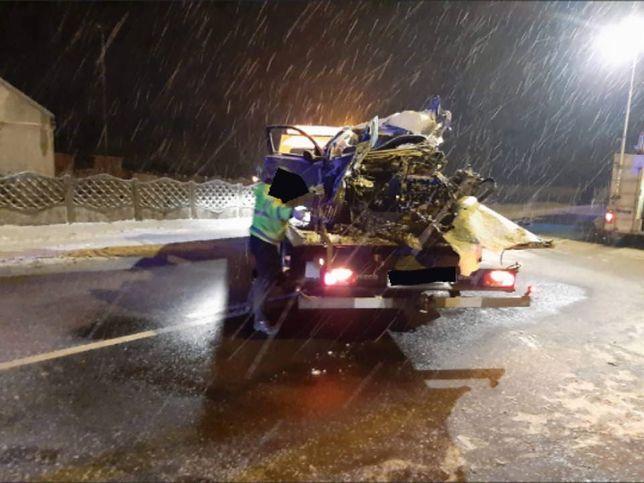 Tragiczny wypadek pod Mszczonowem. Nie żyje 36-letni ksiądz, ciężarówka zmiażdżyła jego samochód
