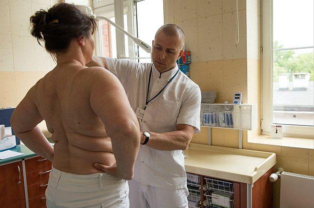 Chirurg onkolog dr n. med. Radosław Tarkowski bada pacjentkę miesiąc po zabiegu operacyjnym w Dolnośląskim Centrum Onkologii we Wrocławiu