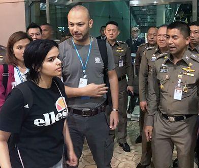 Rahaf al-Qunun wychodzi z lotniska w Bangkoku