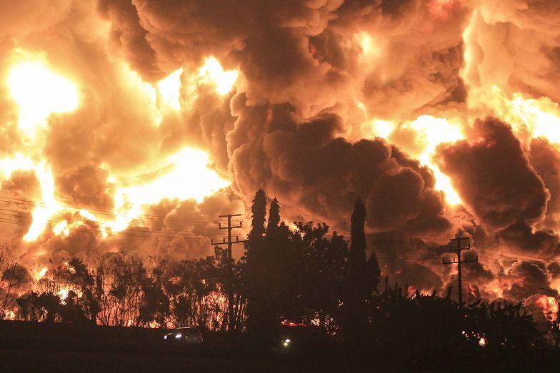 Apokaliptyczny widok w Indonezji. Płonie rafineria