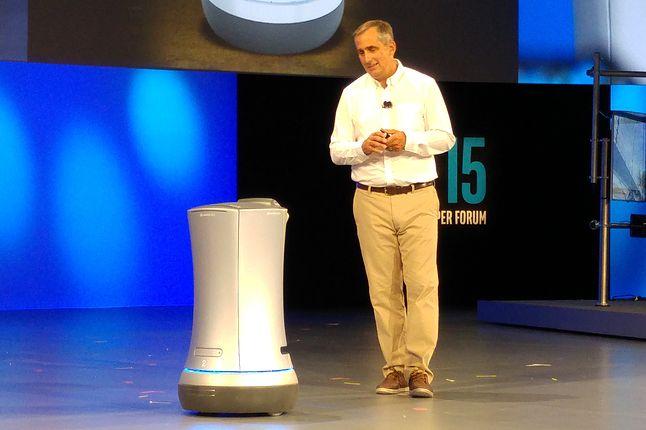 Widzący otoczenie robot-służący zbliża się do CEO Intela, by mu służyć