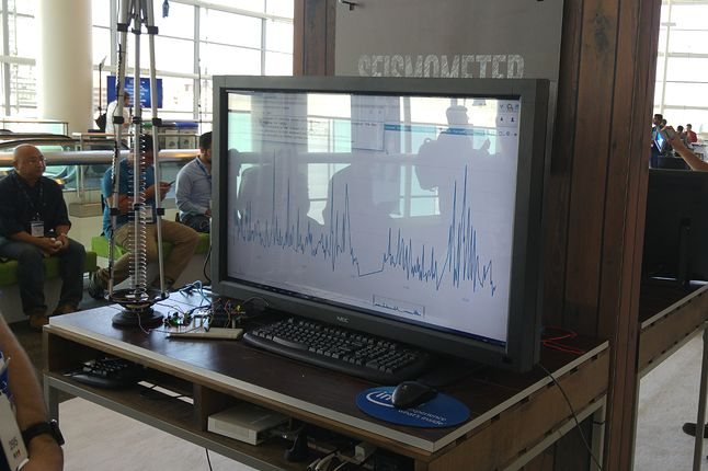 Sejsmograf. Trudno powiedzieć, po co w sejsmografie Edison, ale urządzenie w Kalifornii na pewno przydatne (tuż przed IDF mieliśmy małe trzęsienie ziemi)