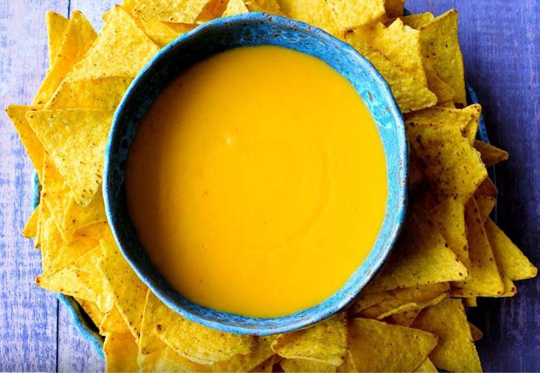 Prosty przepis na najlepszy dip serowy. Do nachosów, frytek i makaronu