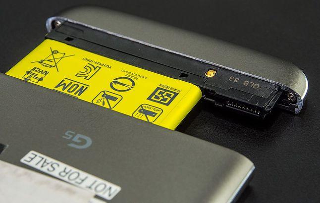 LG G5 z wysuniętym akumulatorem. W to miejsce można podłączać inne moduły.
