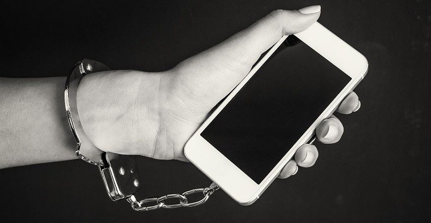 """Smartfon  — podświadomie uzależniający """"zabójca"""" pozytywnych relacji międzyludzkich - Źródło: zdrowie.enel.pl"""