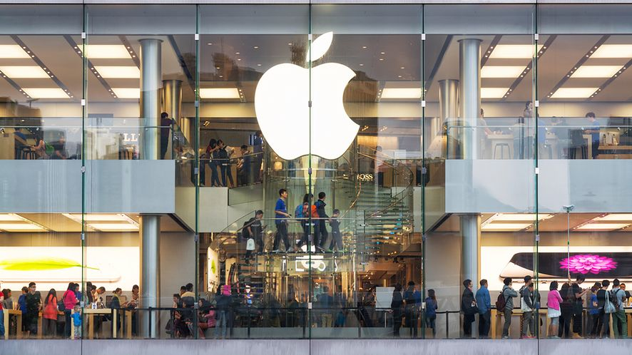 Tłum klientów w Apple Store z depositphotos